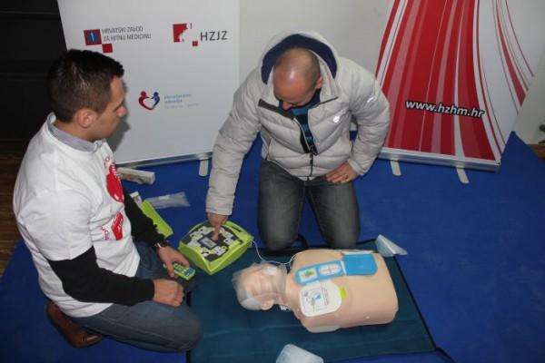 """""""Pokreni srce-spasi život"""": U zagrebačkoj I. Postaji prometne policije promoviran program javno dostupne rane defibrilacije"""